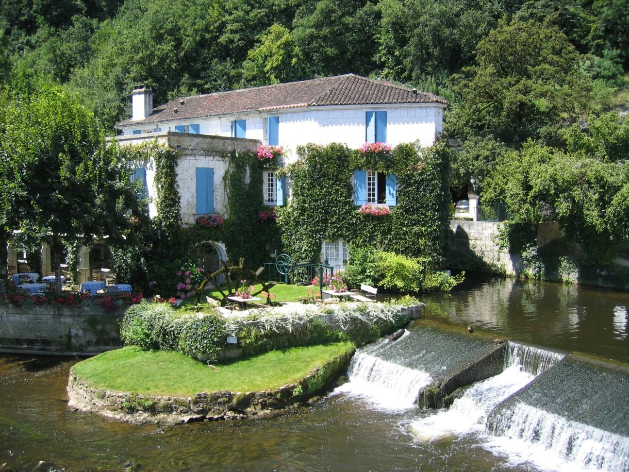 Idyllisches Restaurant in Brantome, Frankreich mit einem kleinen Wasserfall vor der Tür.