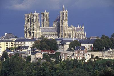 Die Kathedrale von Laon mit ihren sieben Türmen, wurde von 1155 bis 1235 gebaut. Zeuge der frühen gotischen Bildhauerkunst.