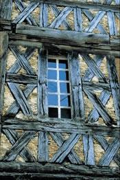 Ein schönes altes Fachwerkhaus (Maison à Colombages) in der Region Poitou Charentes, Frankreich.