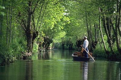 Der Marais Poitevin ist eine Sumpfregion am Golf von Poitou