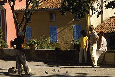 Pétanque ist eine beliebte Freizeitaktivität in der Provence. Das erste Pétanque-Spiel fand im Jahre 1907 im südfranzösischen La Ciotat statt.