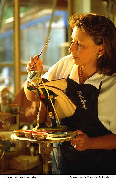 Santons (kleiner Heiliger) sind bunt bemalte oder mit Stoffkleidern bekleidete Krippenfiguren aus Ton. Meistens stellen Santons Figuren aus der Provence dar