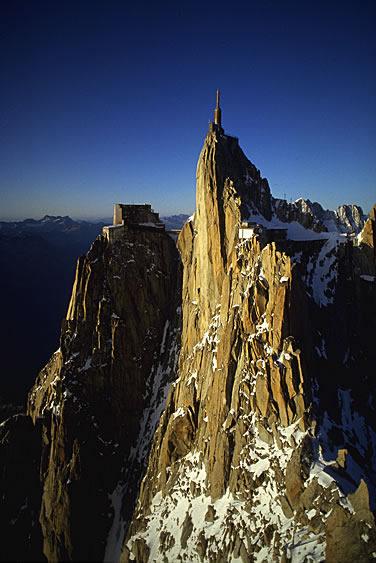 Die Aiguille du Midi ist ein felsiger Vorposten im Mont-Blanc-Massiv. Mit der Seilbahn kann man den Gipfel erreichen.