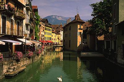 Die Innenstadt von Annecy, Hauptstadt der Haute-Savoie. Annecy liegt rund  40 km südlich der Stadt Genf. Die Stadt ist ein Luftkurort.