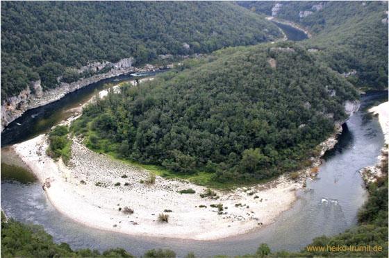 Die Schlucht Gorges de l'Ardeche ist sehr beliebt bei Kanu- und Kajak Fahrern. Ideal die Panoramastraße für Motorrad- und Fahrradfahrer