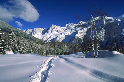 Der Schneebedeckte Mont Blanc liegt zwischen Frankreich und Italien. Mit seinen 4810 Metern ist er der höchste Berg der Alpen.