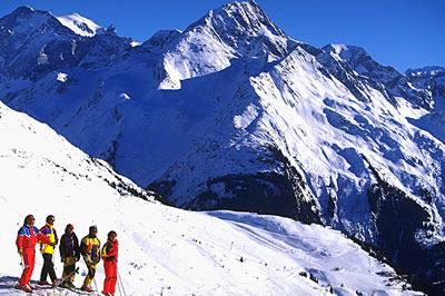 Skifahren in Rhône Alpes. Bei herrlichem Wetter kann man hier wunderbar Skifahren und hat dabei einen unglaublichen Blick auf die Berge