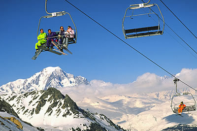 In der Winterhochburg Frankreich findet man ideale Bedingungen zum Skifahren. Herrlicher Blick vom Skilift auf dem Weg zum Gipfel.