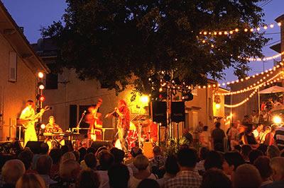 Ein Konzert an einem späten Sommertag. Bei schöner Live-Musik und gemütlicher Atmosphäre lässt man einen Urlaubstag in Frankreich ausklingen
