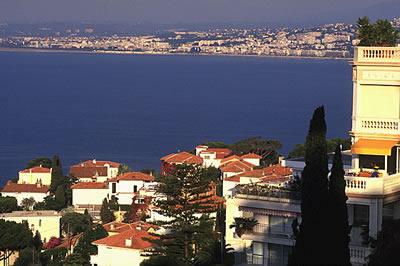 Sie genießt eine privilegierte Lage in Nizza, direkt am Mittelmeer und im Rücken das schützende Gebirge. Das Hinterland ist ein Eldorado für Wanderer.