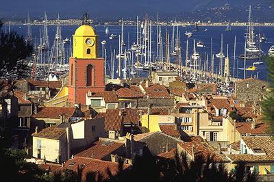 Das mondäne Saint-Tropez an der Côte d'Azur mit Blick auf den Hafen. Zahlreiche Schiffsinhaber liegen hier vor Anker und genießen das Mittelmeer Klima