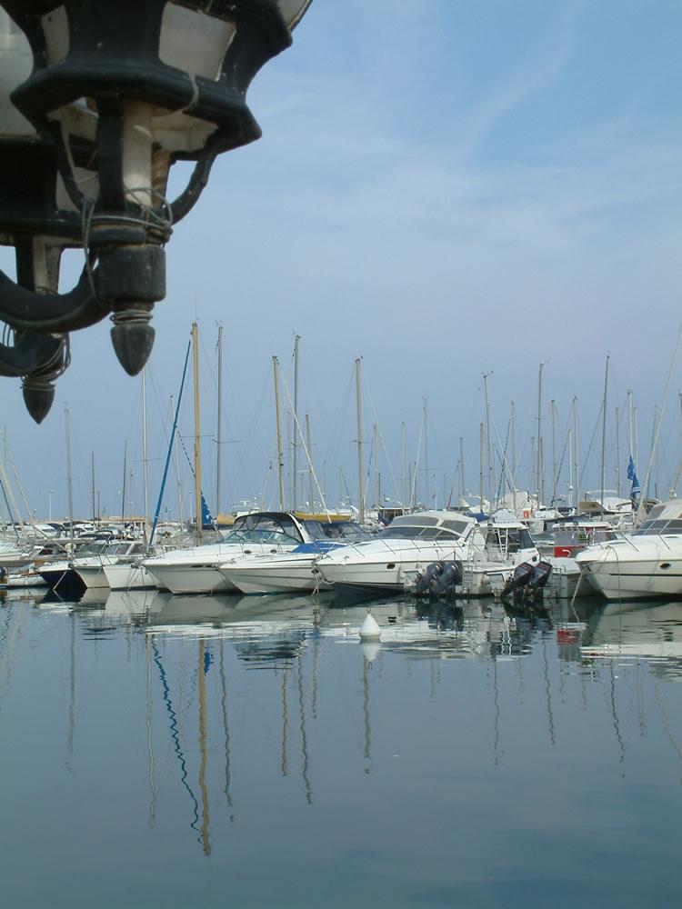 Der Yachthafen Mandelieu-la-Napoule. Im Département Alpes-Maritimes findet man ein großes Angebot von Liegeplätzen für alle Segler