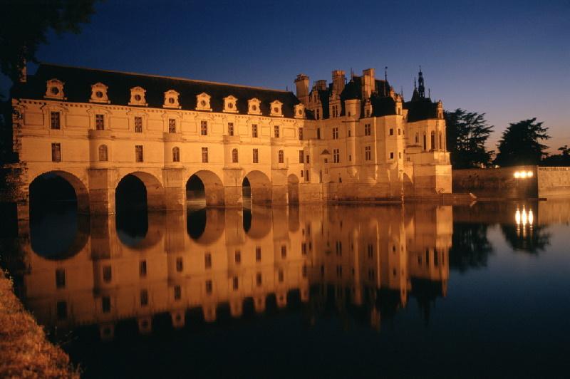 Das Schloss Chenonceau in Frankreich wurde im 16. Jahrhundert erbaut und gehört zu den bekanntesten und meistbesuchten Schlössern der Loire.