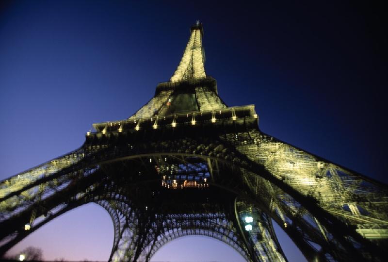 Der Eiffelturm im Sonnenuntergang. Das wohl berühmteste Wahrzeichen Frankreichs wurde wohl schon Millionen Mal aus verschiedensten Winkeln fotografiert.