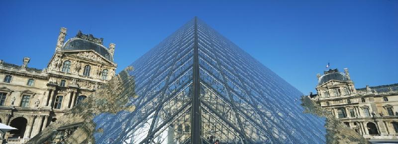Musée du Louvre. Die Glaspyramide des Architekten Peï  wurde 1989 mitten auf dem Hof Cour Napoléon errichtet.