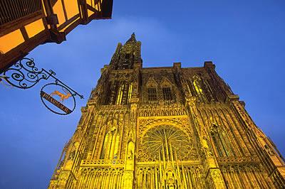 Das Straßburger Münster ist charakteristisch und das Wahrzeichen von Straßburg und des Elsass. Selbst aus dem 3 Kilometer entfernten ist es noch sichtbar