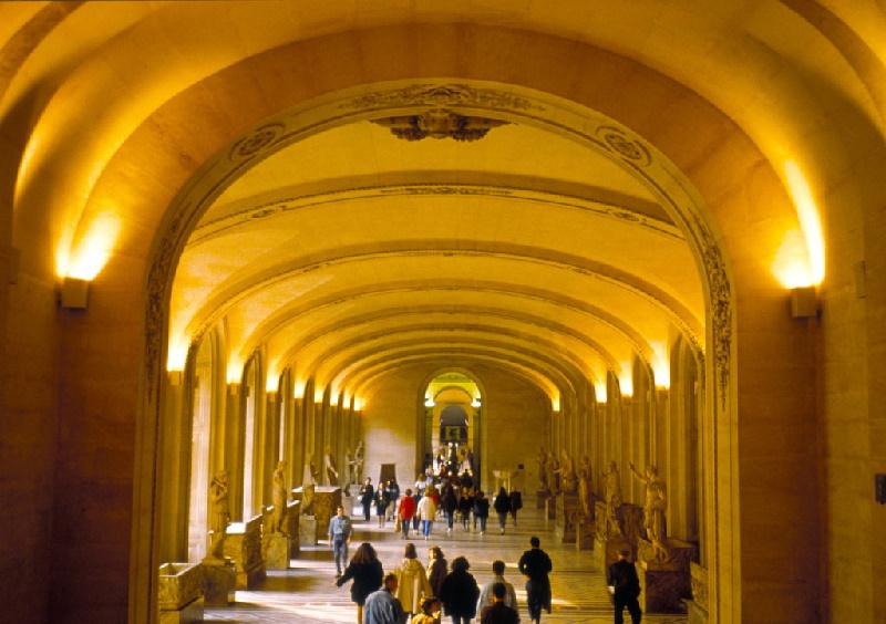 1594 entschied Henri IV. den Palais du Louvre mit dem Palais des Tuileries (Katharina von Medici) zu vereinen. So ließ er die Grande Galerie errichten.