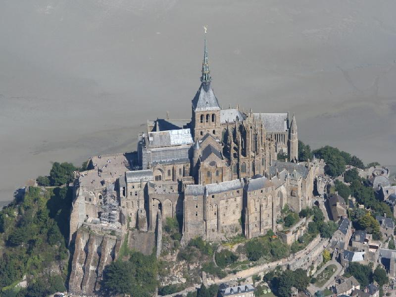 Der Mont Saint-Michel ist Weltkulturerbe der UNESCO und gehört zu den meistbesuchten Sehenswürdigkeiten Frankreichs.