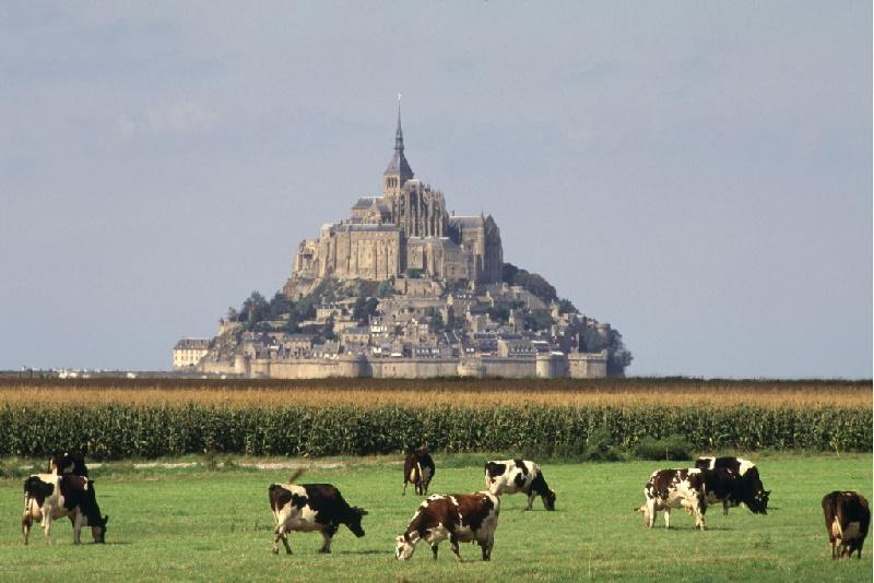 Die felsige Insel Mont-Saint-Michel im Ärmelkanal, etwa 1 Kilometer vor der Küste der Normandie entfernt. Auf dem Berg thront eine Benediktinerabtei.