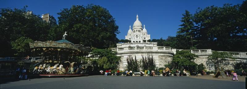 Basilika Sacré-Cœur ist eine der meistbesuchten Sehenswürdigkeiten von Paris. Durch die Lage auf dem Hügel sind die Treppen vor dem Gebäude sehr beliebt
