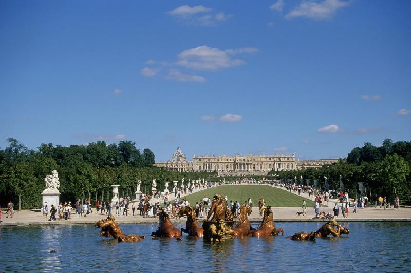 Versailles ist eines der größten Schlösser in Europa. Seit 1979 ist das Schloss Teil des UNESCO-Weltkulturerbes und steht für Besucher offen.