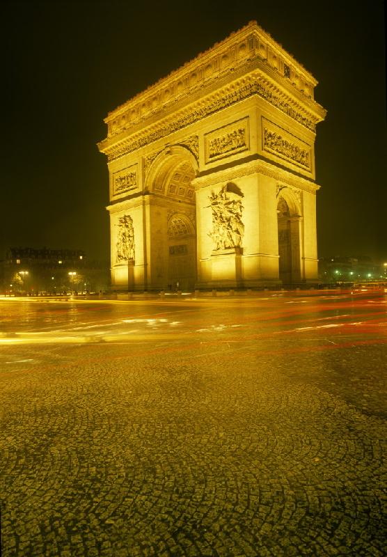 Der Triumphbogen auf der Place de l'Etoile  am Ende der Avenue des Champs-Élysées gehört zu den bekanntesten Bauwerken Frankreichs.