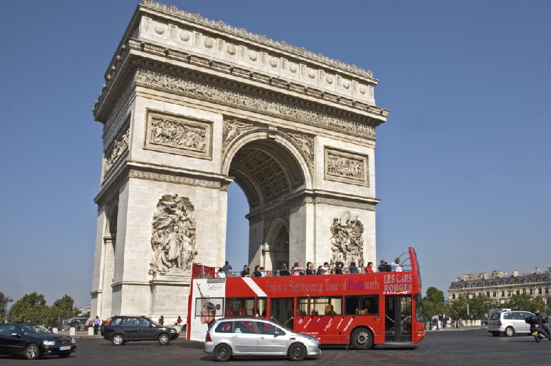 Zum Triumphbogen gelangt man mit den Metro-Linien 1, 2 und 6 und der RER Linie A, Station Charles-de-Gaulle-Etoile.