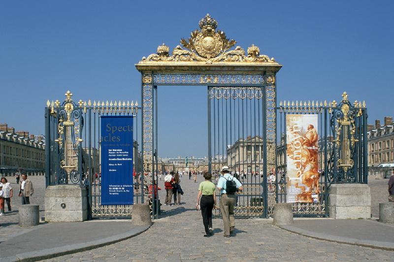 Eingangstor zum Schloss Versailles. Versailles gehört zum Pflichtprogramm französischer Sehenswürdigkeiten mit jährlich drei Millionen Besuchern.