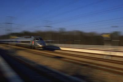 Der französische Hochgeschwindigkeitszug TGV bei voller fahrt. Der TGV kann bis zu 320 km/h schnell werden.