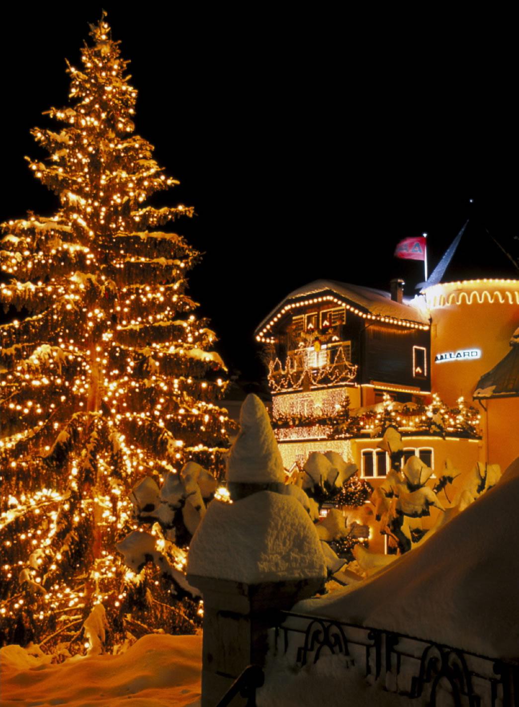 Die Straßen vom Schnee bedeckt und der Weihnachtsbaum hell und prunkvoll geschmückt, machen die Straßen in der Megève Weihnachtlich.