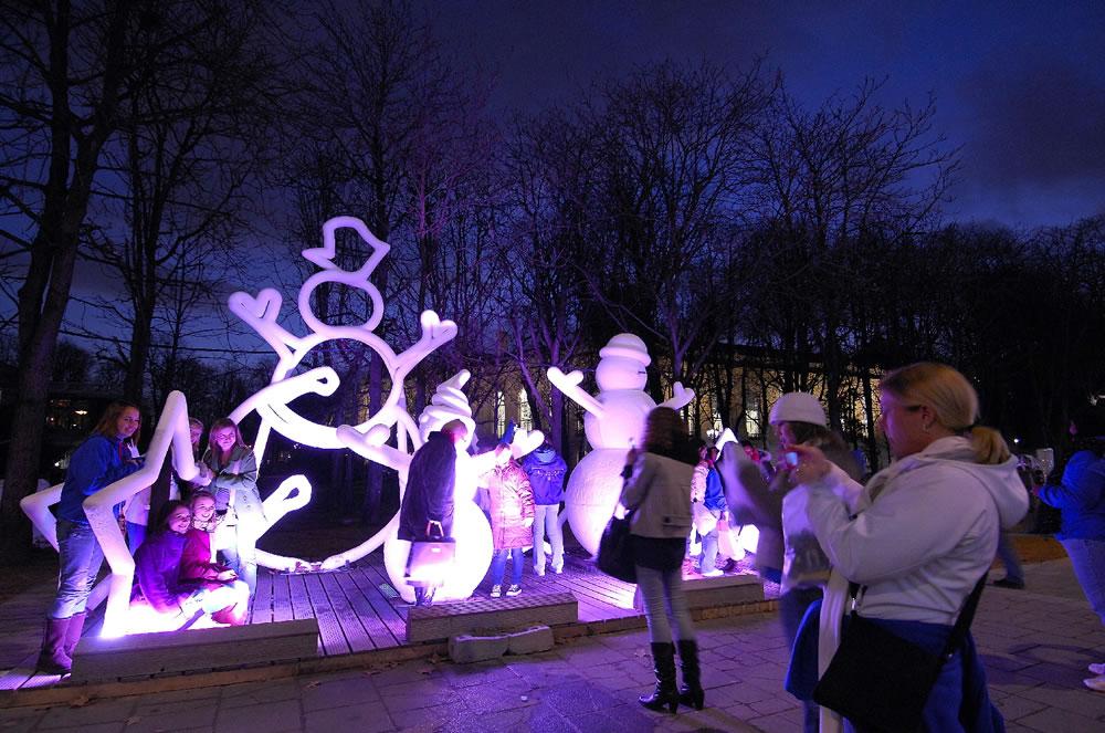 Schneemänner und Skulpturen mit Kerzen auf dem Weihnachtsmarkt am Champs-Elysées