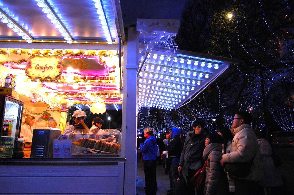 Waffelnstand auf dem Weihnachtsmarkt am Champs-Elysées