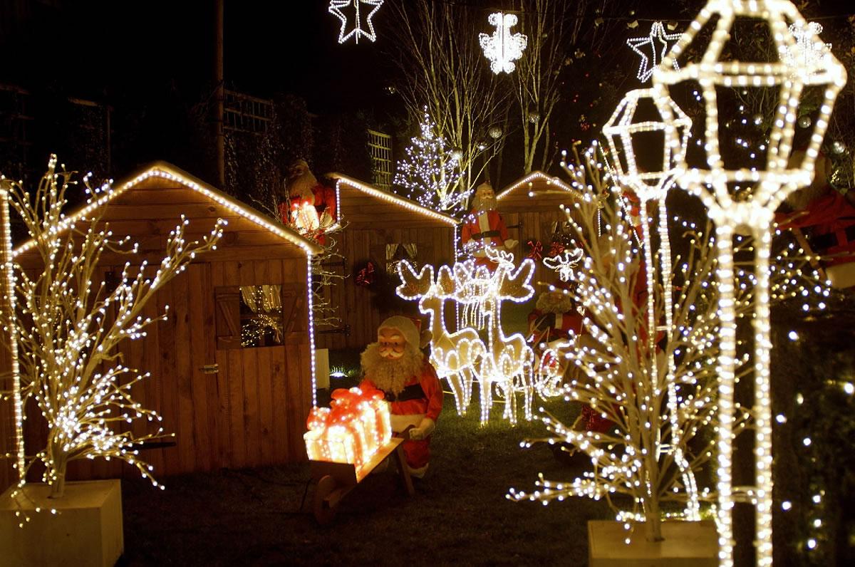 Zu Weihnachten in Frankreich. Glitzernd und funkelnd steht das Weihnachtsmann Dorf zur besinnlichen Zeit in Paris für Besucher aus aller Welt bereit.