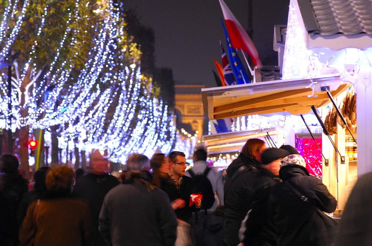 Winter und Weihnachtszeit in Frankreich. Auf dem Weihnachtsmarkt auf der Champs-Elysées in Paris kann man viele schöne Sachen entdecken.