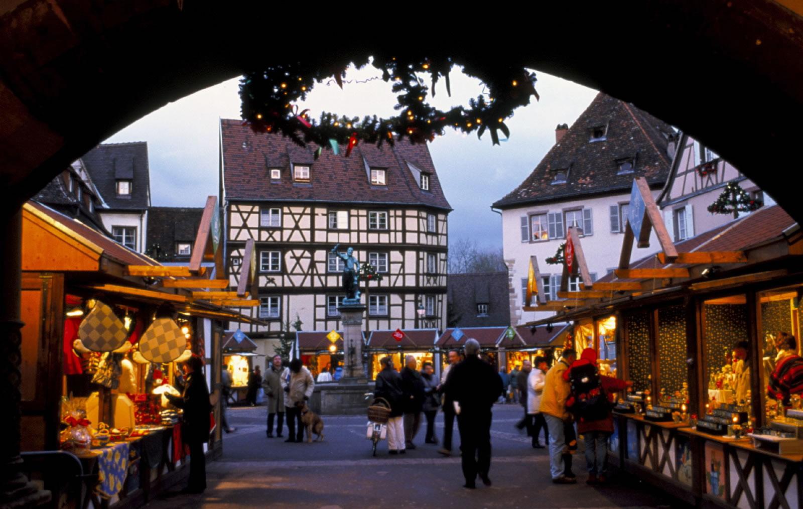 Ein schöner und gemütlich wirkender Weihnachtsmarkt in Colmar mit vielen tollen Dekorationen sowie lokalen Produkten