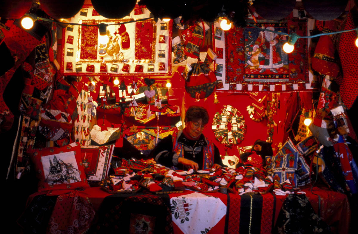 Stand auf dem Weihnachtsmarkt in der mittelalterlichen Stadt Kaysersberg. Es gilt viele Weihnachtliche Sachen zu entdecken.