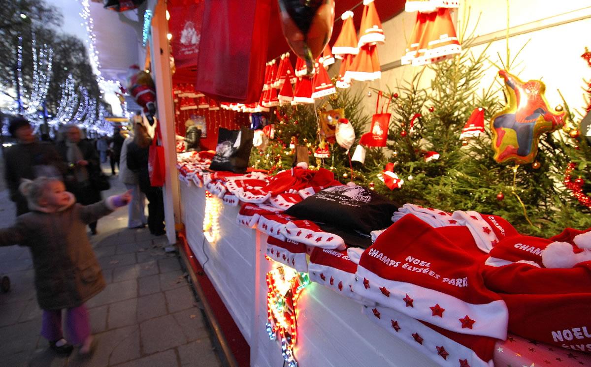 Die Beleuchtung und das die blickenden Weihnachtsmänner auf dem Champs−Elysées ziehen nicht nur kleine Kinder auf dem