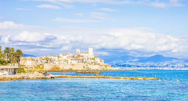 Blick auf die Stadt Antibes an der Côte d'Azur