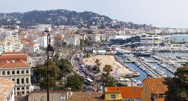 Blick auf die Stadt Cannes und den Hafen