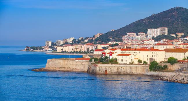 Küste von Ajaccio mit Blick auf eine alte Zitadelle