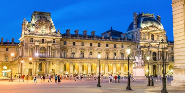Der Louvre bei La Nuit des Musées in Paris