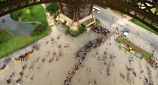 Warteschlange an der Ticket-Kasse vom Eiffelturm