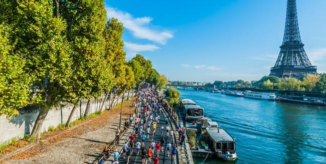 Paris Marathon vorbei am Eiffelturm