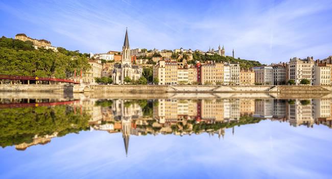 Blick auf das Panorama von Lyon vom Fluss Saône